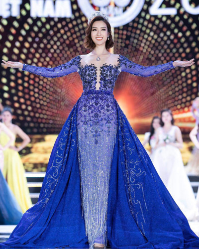 Do My Linh wears an evening gown by designer Le Thanh Hoa while ending her term as Miss Vietnam 2016 and handing over her crown to the holder of the Miss Vietnam 2018 title.