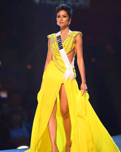 H'Hen Nie shines in the semi-finals of the Miss Universe 2018 beauty pageant while wearing a yellow evening gown by designer Linh San. The Vietnamese representative received many compliments from foreign media.