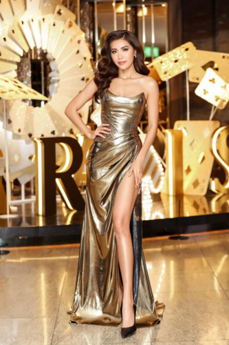 Minh Tu, Miss Supranational Vietnam 2018, looks graceful in an evening gown by designer Chung Thanh Phong. The stunning dress shows off her wonderful figure.