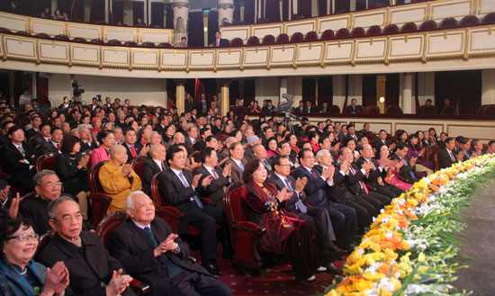 Hanoi: Leaders met NA deputies of different generations